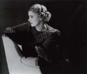 Lee Miller (http://culturacolectiva.com/wp-content/uploads/2013/03/lee-miller-self-portrait-in-headband.jpg)