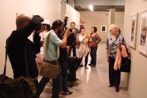 Mª Angeles Arissa hija y temática de Antoni posa ante los fotógrafos delante de sus fotografías